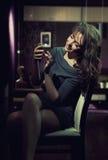 Signora elegante che usando smartphone Fotografie Stock Libere da Diritti