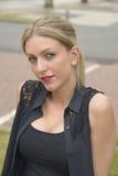 Signora elegante con capelli biondi lunghi Fotografie Stock