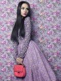 Signora elegante su fondo floreale fotografia stock