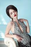 Signora elegante Trucco hairstyle monili Donna sensuale castana immagini stock libere da diritti