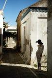 Signora elegante in una vecchia città europea Fotografia Stock Libera da Diritti
