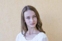Signora elegante in vestito bianco fotografie stock