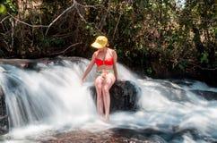Signora Enjoying la cascata Fotografia Stock