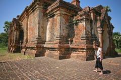 Signora esplora le tempie di Bagan immagini stock libere da diritti