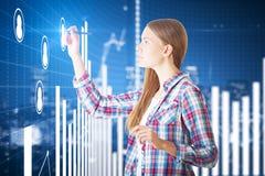 Signora europea che traccia i grafici digitali di affari Immagini Stock