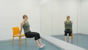 Signora fa gli esercizi nella palestra per le gambe archivi video