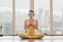 Signora felice che gode della meditazione a casa Immagini Stock Libere da Diritti