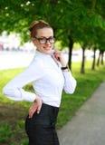 Signora felice di affari in camicia e vetri bianchi Immagini Stock