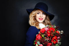 Signora felice Fashion Model con i fiori Immagini Stock