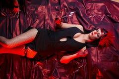 Signora In Flapper Costume Flirting del cabaret fotografia stock libera da diritti