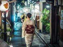 Signora giapponese in kimono con l'ombrello Fotografie Stock Libere da Diritti