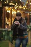 Signora Gl?hweinstand di Junge | la giovane donna beve il glogg Fotografia Stock