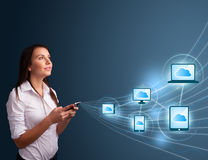 Signora graziosa che digita sullo smartphone con la computazione della nuvola Fotografia Stock Libera da Diritti