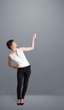 Signora graziosa che gesturing con lo spazio della copia Fotografia Stock Libera da Diritti