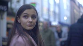 Signora graziosa che ha passeggiata sulla strada dei negozi sovraffollata nel centro urbano, consumatore video d archivio