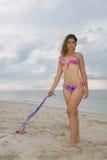 Signora graziosa che porta un bikini dentellare e blu (i) Fotografia Stock