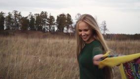 Signora graziosa con capelli lunghi sulla natura video d archivio