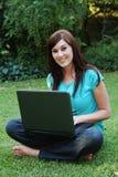 Signora graziosa con il computer portatile Fotografia Stock