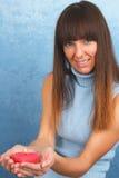 Signora graziosa con la bruciatura della cuore-candela rossa in sue mani Fotografie Stock Libere da Diritti