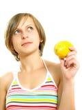 Signora graziosa con un limone fresco Immagine Stock