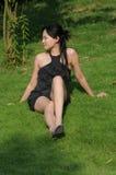 Signora graziosa su erba Immagini Stock