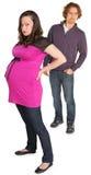 Signora incinta arrabbiata con l'uomo fotografie stock libere da diritti