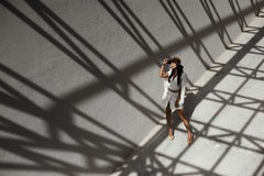 Signora indiana dai capelli di Raven che posa nelle ombre geometriche degli stractures del metallo Fotografia Stock Libera da Diritti