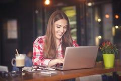 Signora indipendente che lavora in caffè Fotografia Stock
