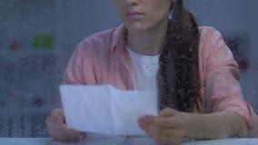 Signora infelice che legge la lettera dell'avviso della corte, ricevente cattive notizie circa i debiti, sforzo archivi video