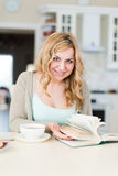 Signora legge un libro interessante Fotografia Stock