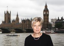 Signora a Londra, con Big Ben nel fondo Immagini Stock Libere da Diritti