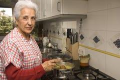 Signora maggiore alla cucina Fotografie Stock