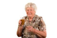 Signora maggiore con le bevande sane Fotografie Stock Libere da Diritti