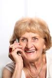 Signora maggiore sul telefono Immagini Stock