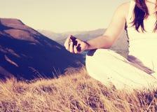 Signora Meditating Lotus Position Top Mountain Concept fotografie stock