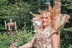 Signora meravigliosamente vestita con un vestito di carta decorato con la collina immagine stock libera da diritti