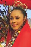 Signora nel colore rosso con il copricapo Immagini Stock Libere da Diritti