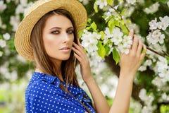 Signora nel giardino di primavera Immagine Stock Libera da Diritti