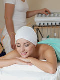Signora nel salone di massaggio Immagini Stock
