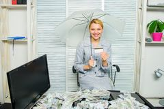 Signora o ragioniere di affari della donna sotto l'ombrello  girl finanziario tiene un pacchetto di piacere dei dollari  immagine stock libera da diritti