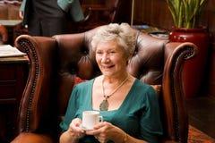 Signora più anziana matura con gli amici Fotografie Stock Libere da Diritti