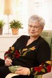 Signora piacevole del pensionato nel paese Fotografie Stock Libere da Diritti