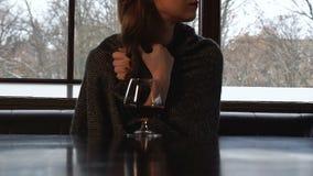 Signora in plaid che trema dal freddo, trattante con il brandy, medicina untraditional video d archivio