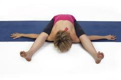 Signora pratica l'yoga Fotografie Stock