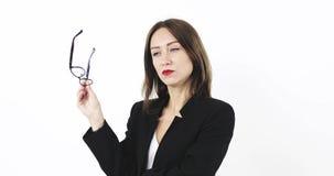 Signora premurosa di affari con i vetri nelle sue prove delle mani per trovare un'uscita da una situazione difficile stock footage
