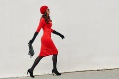 Signora In Red Dress di modo nella città Immagini Stock