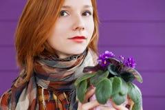 Signora Red-haired con le viole Fotografia Stock
