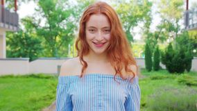 Signora Red-Haired emozione Sorriso stock footage