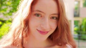 Signora Red-Haired emozione Sorriso video d archivio