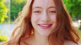 Signora Red-Haired emozione Sorriso archivi video